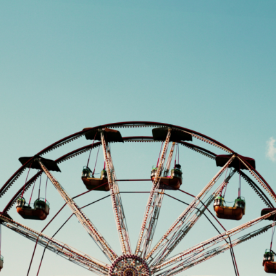 It can really be tricky to eat healthy at amusement parks where everything is quick, on the go, and usually greasy. Here are some ways to eat healthy at amusement parks that are practical and easy.
