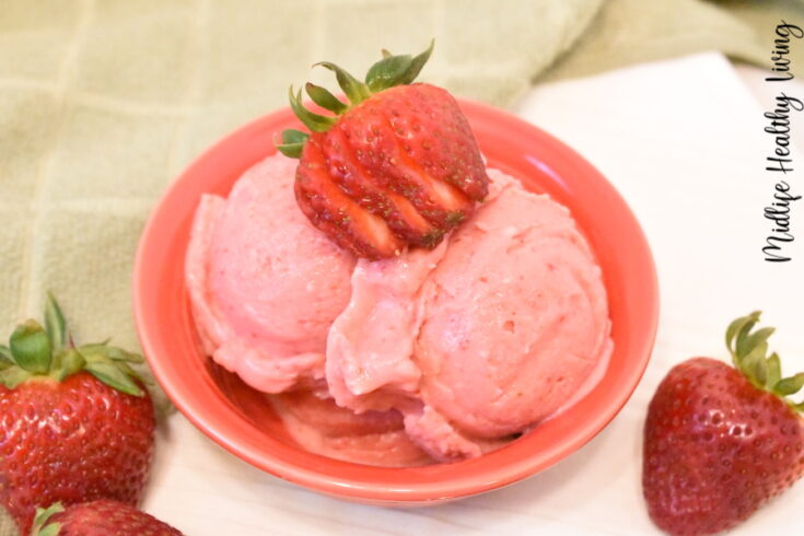 Featured image showing the finished strawberry weight watchers frozen yogurt ready to eat.
