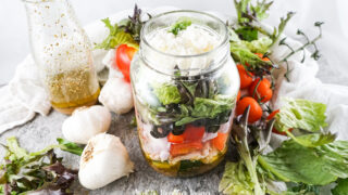 Featured image showing the finished greek salad in a jar ready to eat.